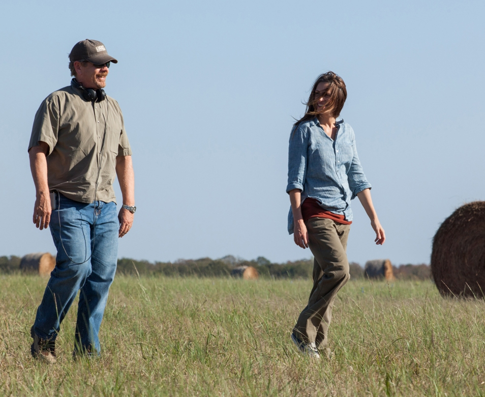 JULIA ROBERTS and Director JOHN WELLS on the set of AUGUST: OSAGE COUNTY